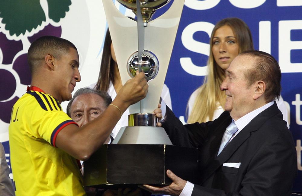 El capitán de Colombia Cristian Bonilla recibe la copa de manos del presidente de la Conmebol, Nicolás Leoz. Foto: EFE