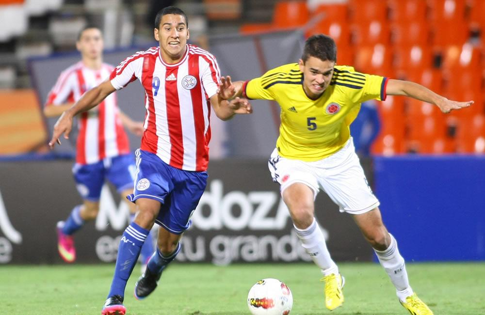 Felipe Aguilar (d), disputa el balón con Cecilio Domínguez de Paraguay. Foto: EFE