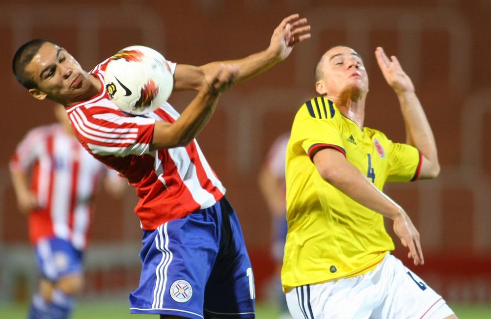 Ángel Cardozo (i) de Paraguay disputa el balón con Andrés Correa de Colombia. Foto: EFE