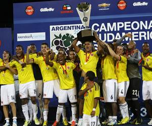 Los jugadores colombianos celebran el título de campeón del Sudamericano Sub-20. EFE