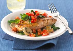 Salmón al horno con tomates, espinaca y champiñones