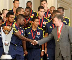 El presidente de Colombia, Juan Manuel Santos (d), saluda a los jugadores y cuerpo técnico de Colombia. EFE