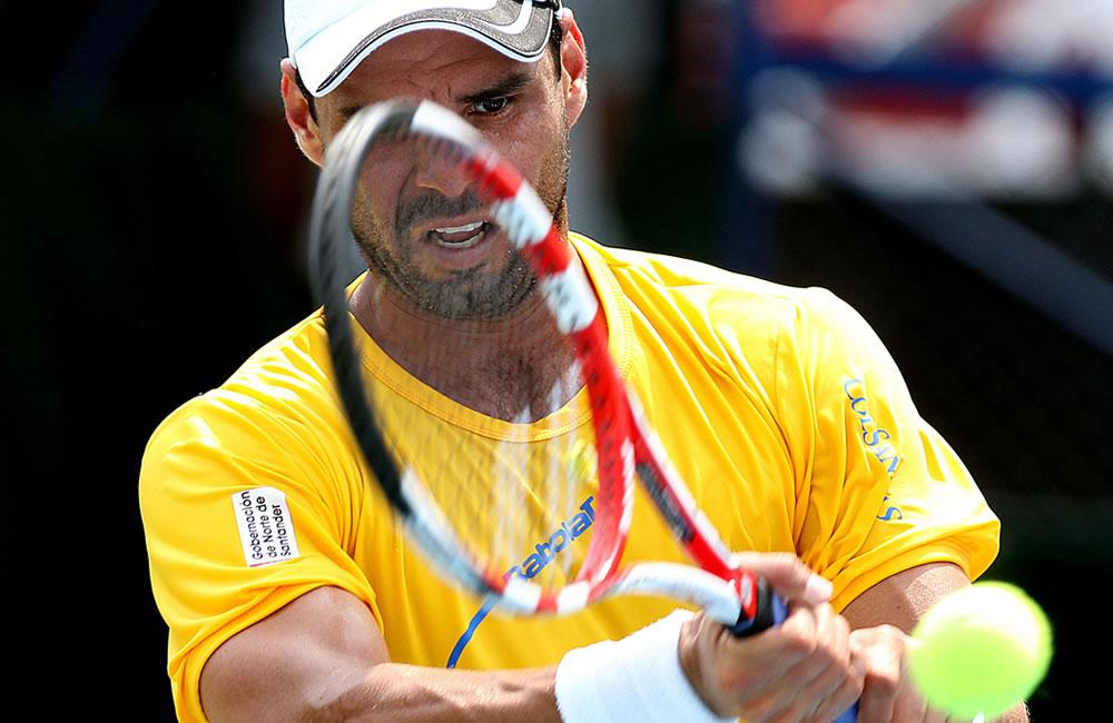 El tenista colombiano Alejandro Falla ante el uruguayo Ariel Behar. Foto: EFE