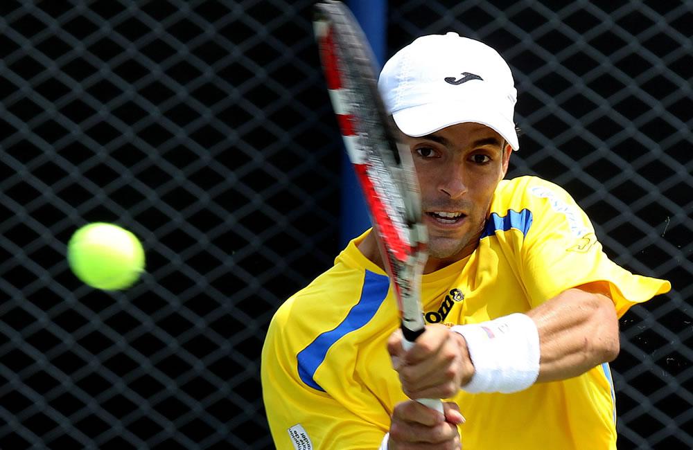 El tenista colombiano Santiago Giraldo ante el uruguayo Marcel Felder. Foto: EFE