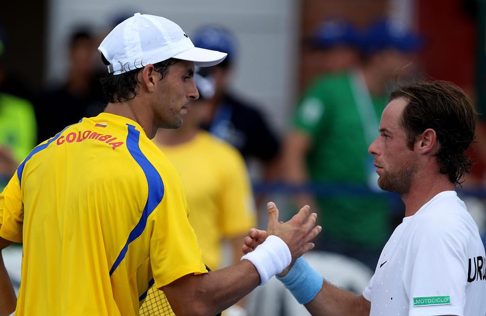 El tenista colombiano Santiago Giraldo (i), número 77 en el mundo, saluda al uruguayo Marcel Felder (d) tras vencerlo. Foto: EFE