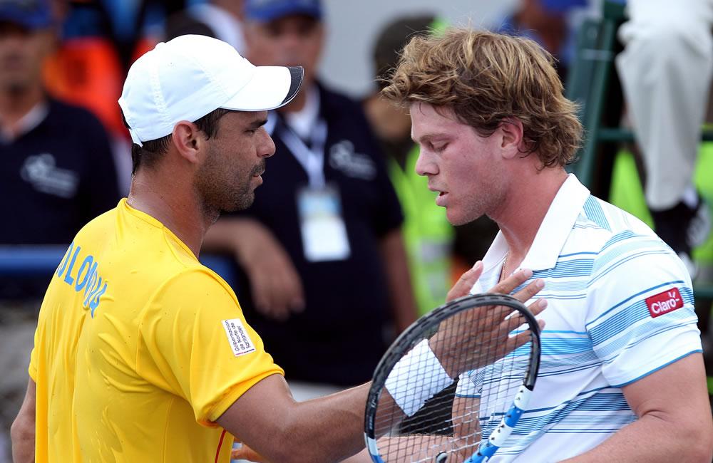 El tenista colombiano Alejandro Falla (i) saluda al uruguayo Ariel Behar (d). Foto: EFE