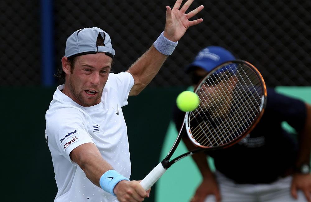 El tenista uruguayo Marcel Felder ante el colombiano Santiago Giraldo. Foto: EFE