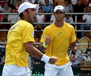 La pareja colombiana de Robert Farah (d) y Juan Sebastián Cabal celebran un punto ante los uruguayos. EFE
