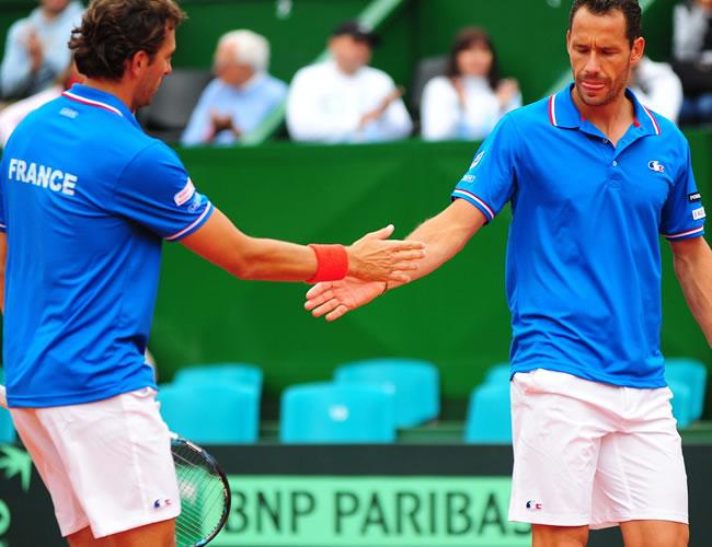 Los tenistas franceses Julien Benneteau (i) y Michael Llodra de Francia celebran durante el enfrentamiento contra los argentinos David Nalbandian y Horacio Zeballos. Foto: EFE