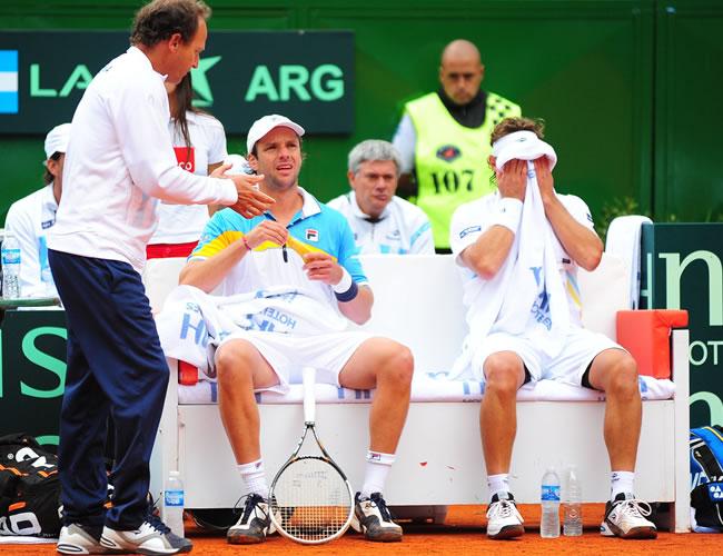 Los tenistas argentinos David Nalbandian y Horacio Zeballos toman un descanso durante el enfrentamiento contra los franceses Julien Benneteau y Michael Llodra. Foto: EFE