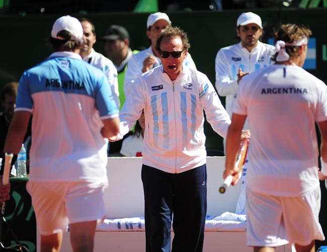 El capitán del equipo argentino de Copa Davis, Martín Jaite (c), celebra con los tenistas David Nalbandian (d) y Horacio Zeballos (i). Foto: EFE