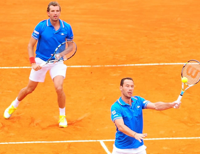 Los tenistas franceses Julien Benneteau (i) y Michael Llodra de Francia enfrentan a los argentinos David Nalbandian y Horacio Zeballos. Foto: EFE