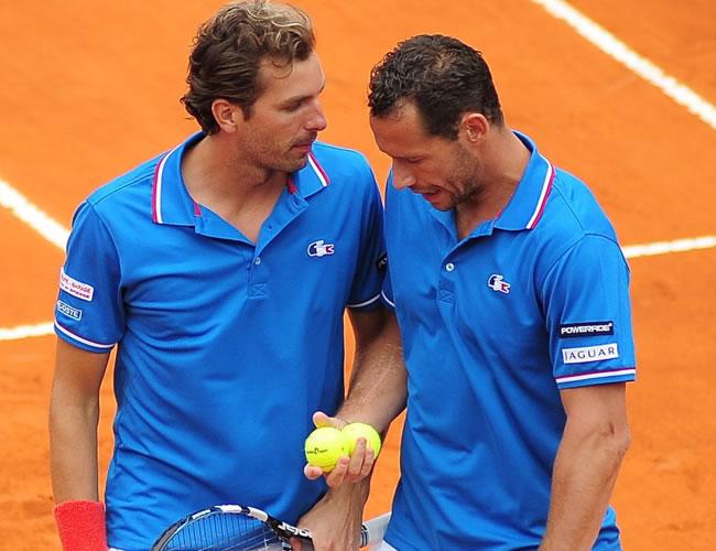 Los tenistas franceses Julien Benneteau (i) y Michael Llodra de Francia conversan durante el enfrentamiento con los argentinos David Nalbandian y Horacio Zeballos. Foto: EFE