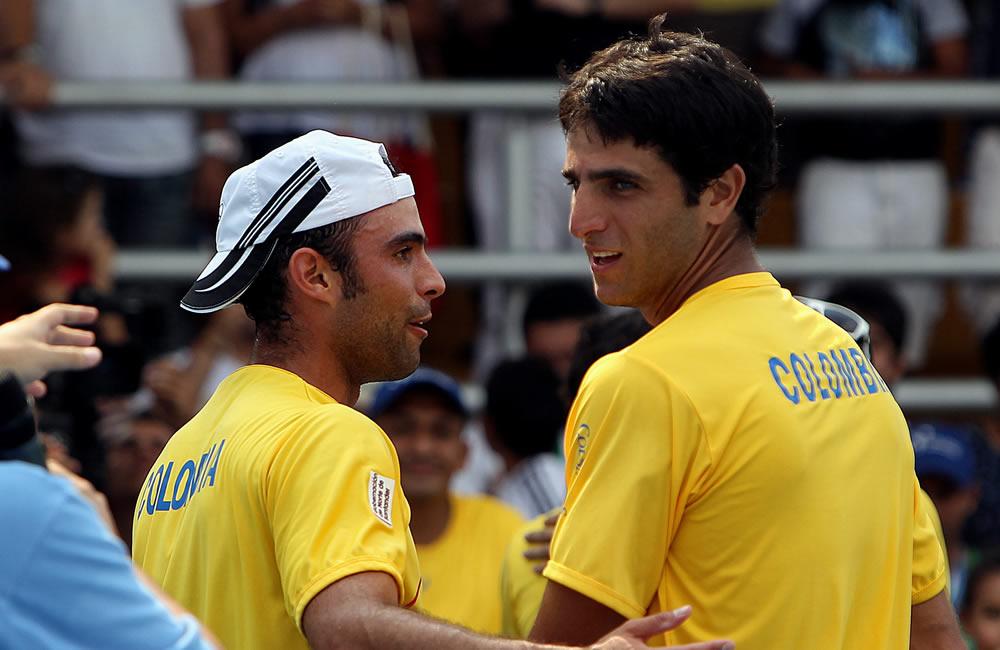 La pareja colombiana de Juan Sebastián Cabal (i) y Robert Farah (d) celebran luego de vencer a los uruguayos Marcel Felder y Ariel Behar. Foto: EFE