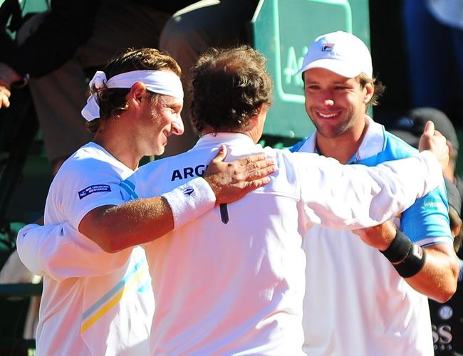 Los tenistas argentinos David Nalbandian (i) y Horacio Zeballos celebran ante los franceses Julien Benneteau y Michael Llodra. Foto: EFE