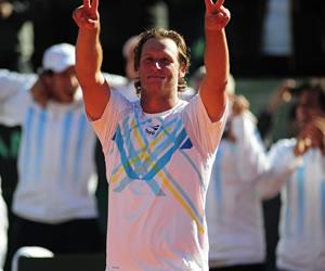 El tenista argentinos David Nalbandian celebra después de vencer con su compañero Horacio Zeballos a los franceses Julien Benneteau y Michael Llodra. EFE