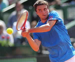 El tenista argentino Carlos Berlocq responde una bola ante el francés Gilles Simon. EFE