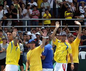 El equipo colombiano de Copa Davis celebra tras la victoria sobre Uruguay. EFE