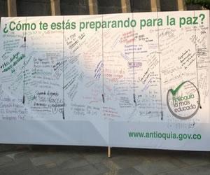Gobernador Fajardo abre en Medellín valla gigante por la paz