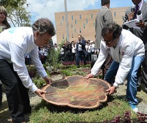 Presidente Santos y alcalde Petro siembran árbol por la paz