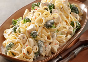 Pasta alfredo con pollo y brócoli
