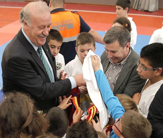 El seleccionador nacional de fútbol ,Vicente del Bosque, firma camisetas. Foto: EFE