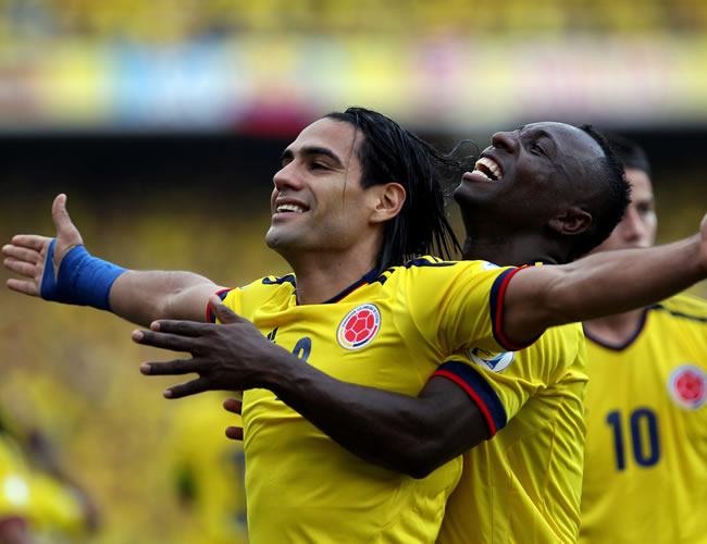 El goleador de Colombia, Falcao García, celebra con Pablo Armero. Foto: EFE