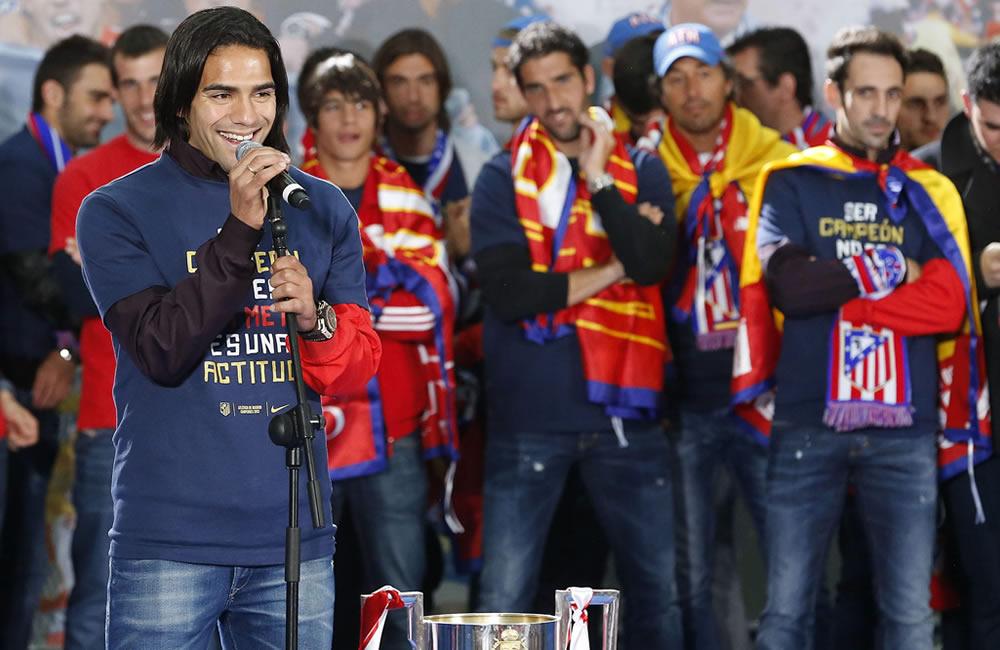 El delantero colombiano del Atlético de Madrid, Radamel Falcao, junto al resto de la plantilla. Foto: EFE