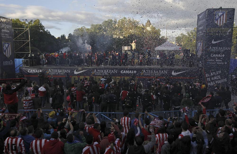 La plantilla del Atlético de Madrid, junto a miles de aficionados, esta tarde en la madrileña plaza de Neptuno. Foto: EFE
