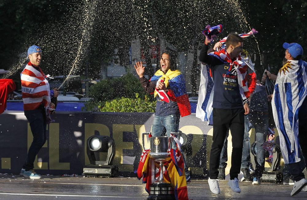 Los jugadores del Atlético de Madrid celebran con miles de aficionados, la consecución de la décima Copa del Rey. Foto: EFE