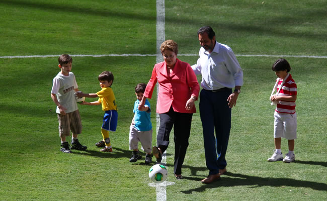 presidenta brasileña, Dilma Rousseff (c), patea un balón hoy, sábado 18 de mayo de 2013, durante la inauguración del estadio Nacional de Brasilia (Brasil). Foto: EFE