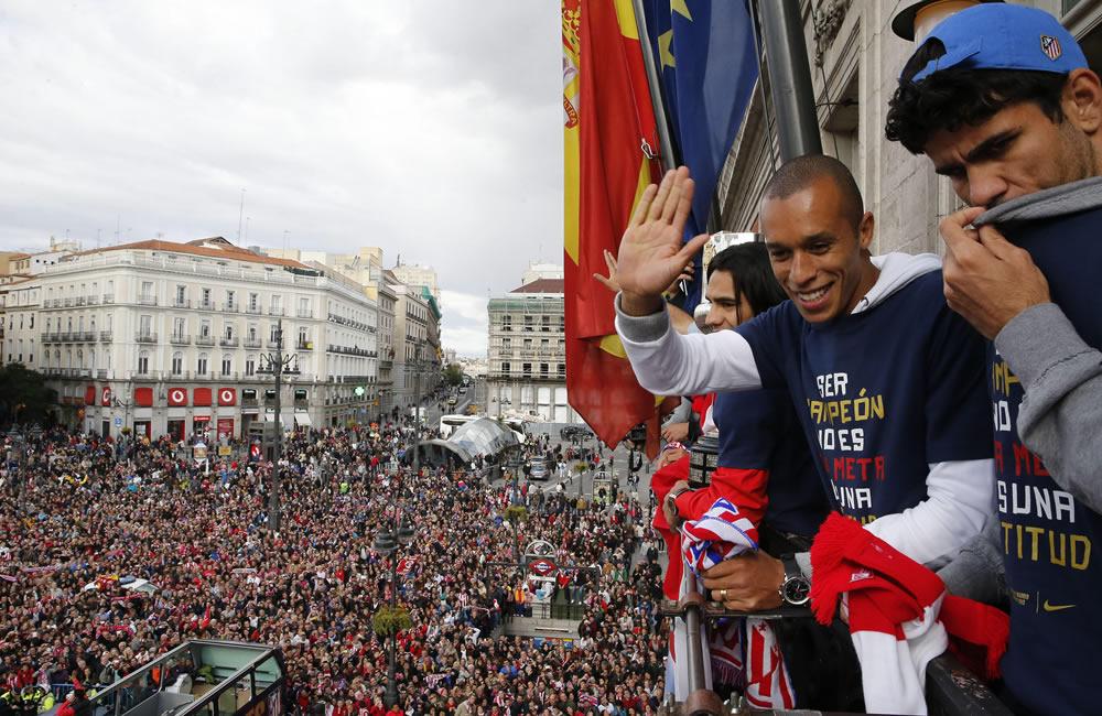 Los jugadores del Atlético de Madrid, el colombiano Radamel Falcao (3d),  y los brasileños João Miranda (2d) y Diego Costa (d), en el balcón de la sede de la Comunidad de Madrid. Foto: EFE