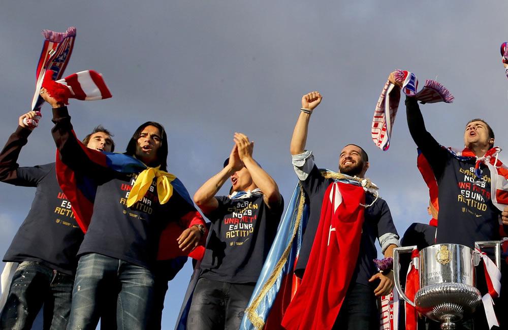 La plantilla del Atlético de Madrid, con el trofeo, esta tarde en la madrileña plaza de Neptuno. Foto: EFE
