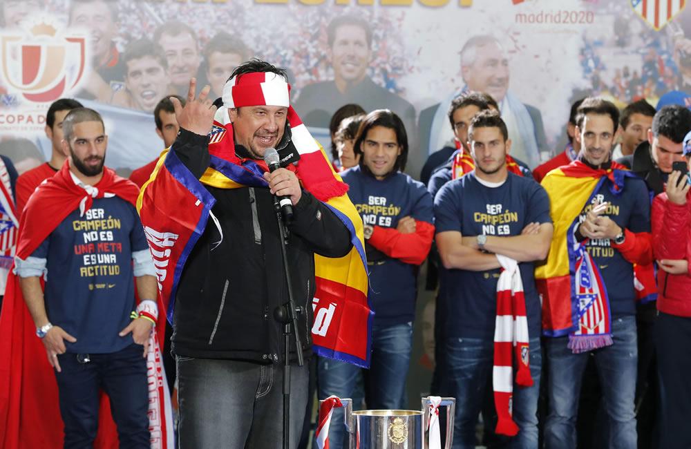 """El segundo entrenador del Atlético de Madrid, el argentino Germán """"El Mono"""" Burgos, junto al resto de la plantilla, pronuncia unas palabras. Foto: EFE"""