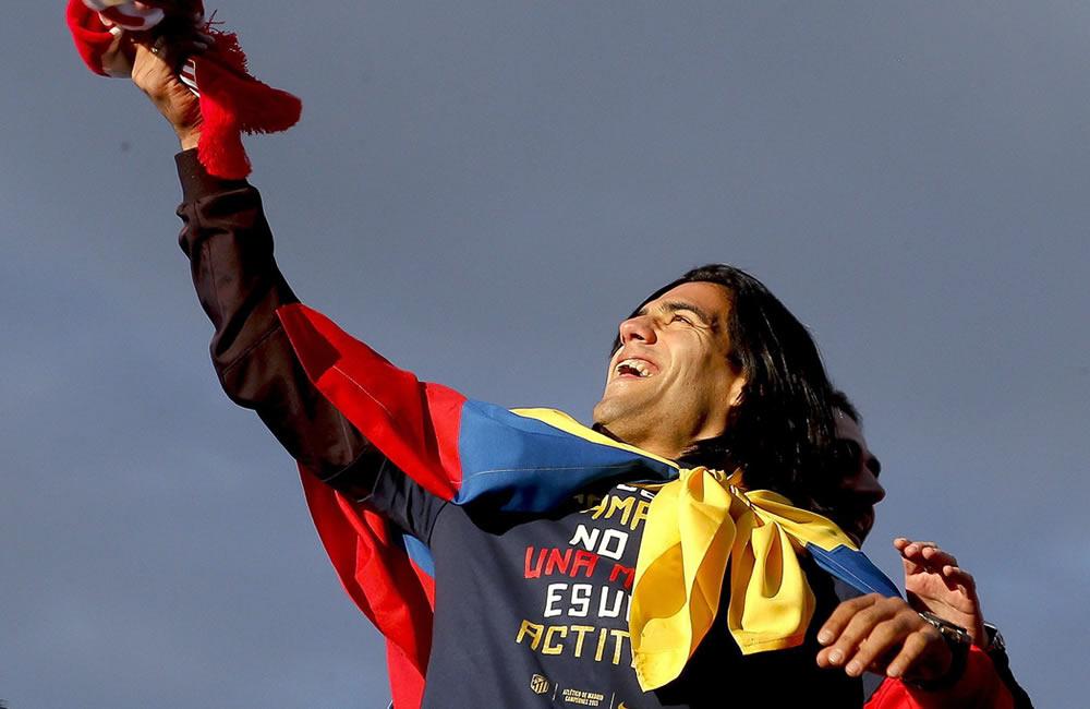 El delantero colombiano del Atlético de Madrid Radamel Falcao saluda esta tarde en la plaza de Neptuno. Foto: EFE