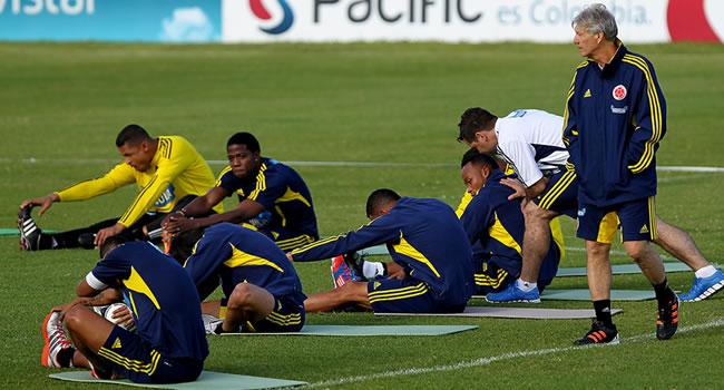 El seleccionador argentino de Colombia, José Néstor Pekerman dirige un entrenamiento de Colombia. Foto: EFE