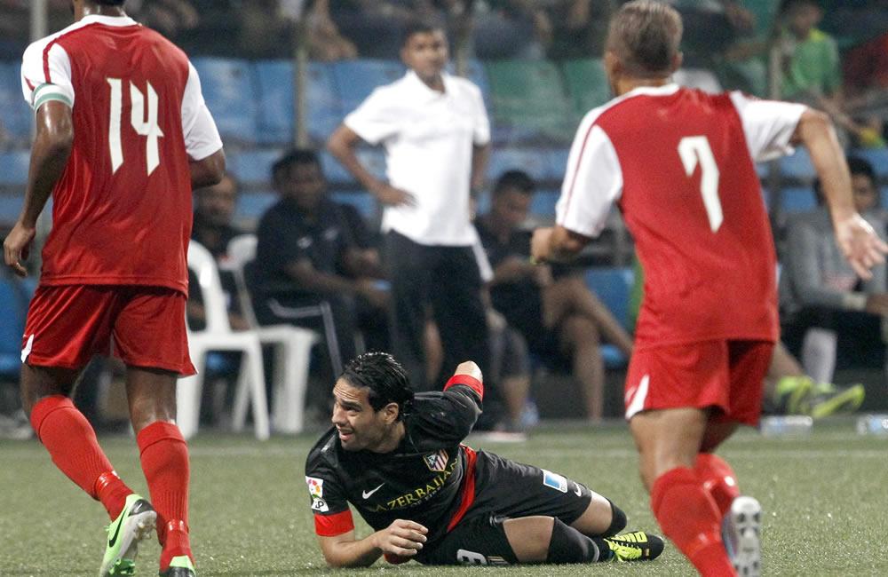 El delantero colombiano del Atlético de Madrid, Radamel Falcao (c) permanece en el suelo tras una jugada en el partido amistoso. Foto: EFE