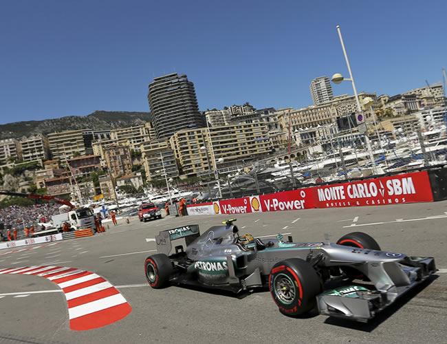 El piloto británico de McLaren, Lewis Hamilton, a bordo de su monoplaza en Montecarlo. Foto: EFE
