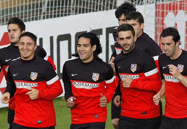 El colombiano Falcao García (c) entrena con sus compañeros del Atlético de Madrid. Foto: EFE