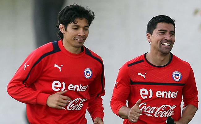 El jugador de la selección de Chile David Pizarro (d) quien entrena junto a Matías Fernández. Foto: EFE