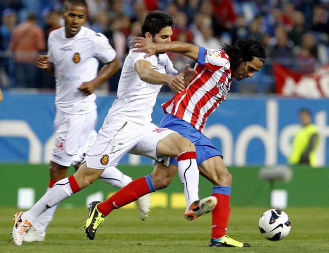El delantero colombiano del Atlético de Madrid, Radamel Falcao (d) pelea un balón con el defensa del Mallorca Pedro Bigas. Foto: EFE