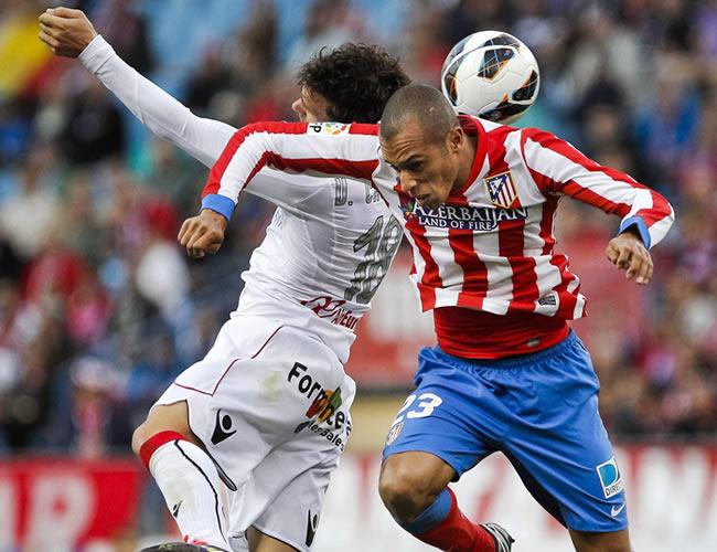 El delantero del Mallorca, Víctor Casadesús (i), salta con el defensa brasileño Joao Miranda (d), del Atlético de Madrid. Foto: EFE