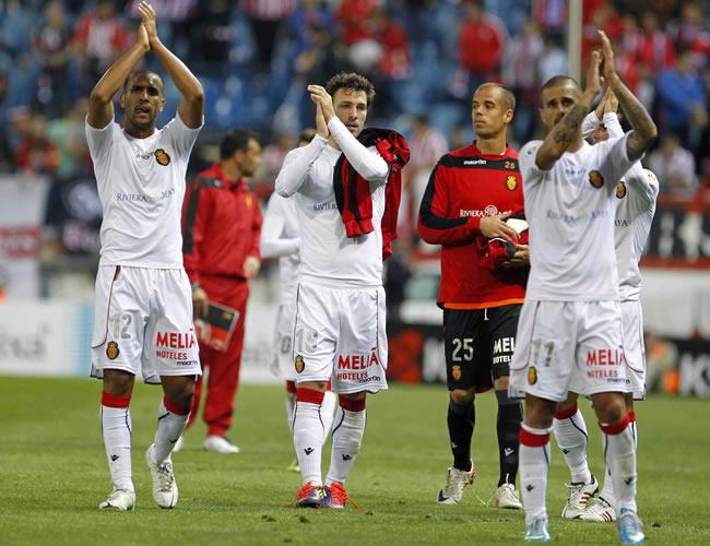 Los jugadores del Mallorca aplauden al público tras su partido ante el Atlético de Madrid. Foto: EFE