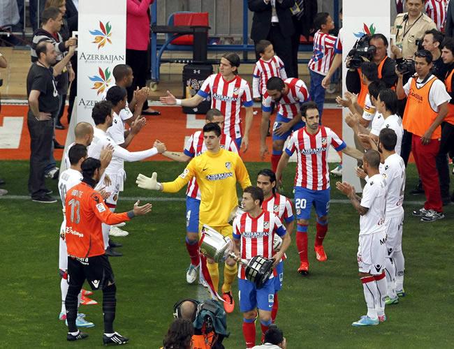 Los jugadores del Mallorca hacen pasillo al Atlético de Madrid, reciente campeón de la Copa del Rey. Foto: EFE