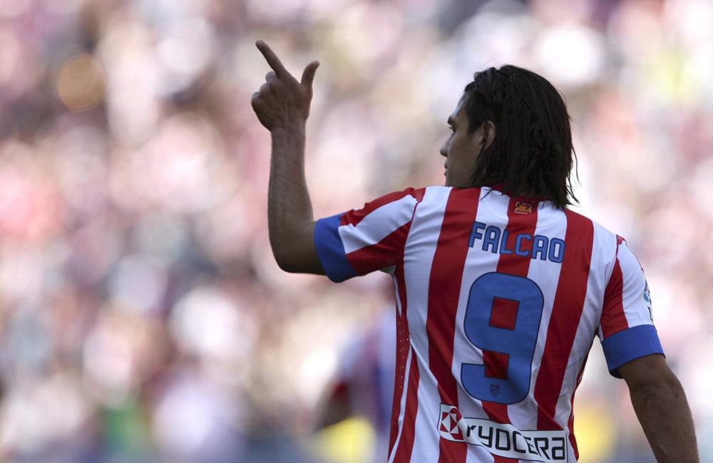 El delantero colombiano del Atlético de Madrid Radamel Falcao celebra el gol que marcó frente al Granada. Foto: EFE