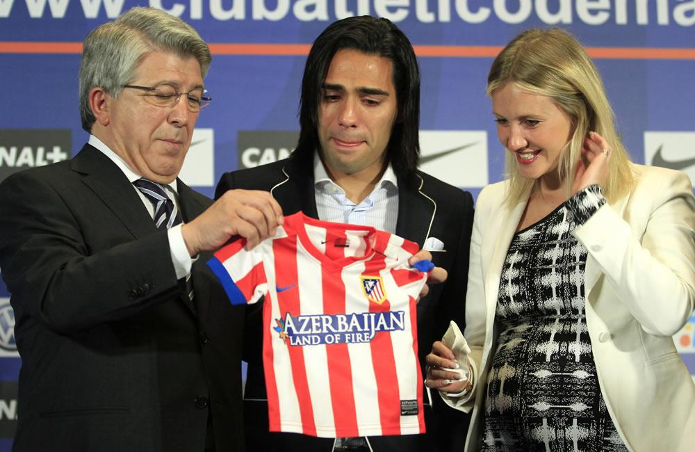 El colombiano Radamel Falcao (c), junto a su esposa Lorelei, recibe del presidente del Atlético de Madrid, Enrique Cerezo (i), una camiseta para el hijo que está esperando. Foto: EFE