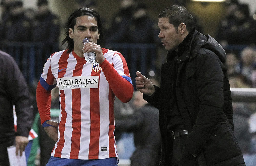 Radamel Falcao (i), conversa con el técnico argentino del equipo colchonero, Diego Pablo Simeone. Foto: EFE