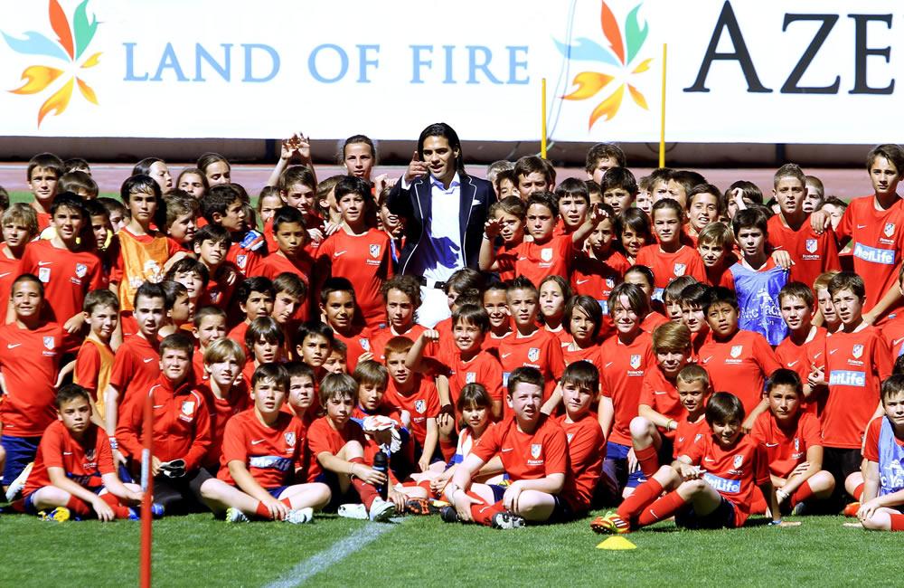 El colombiano Radamel Falcao, nuevo delantero del Mónaco, posa junto a varios niños en el estadio Vicente Calderón durante su despedida. Foto: EFE