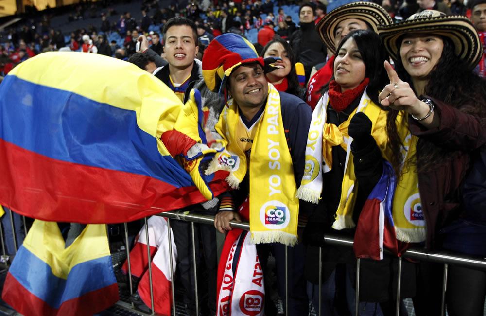 Aficionados colombianos apoyan a Falcao García en el estadio Vicente Calderón. Foto: EFE