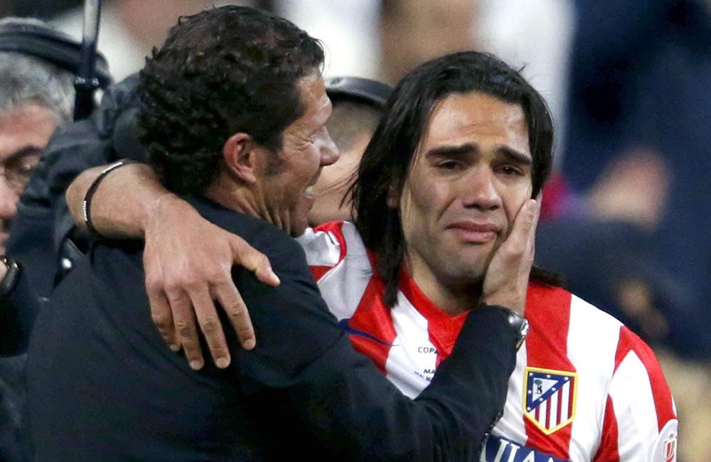 Falcao García es consolado por el técnico argentino Diego Simeone en la final de la Copa del Rey 2013. Foto: EFE